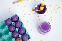 Ένα άσπρο υπόβαθρο με τα εργαλεία για τη βαφή αυγών Πάσχας Δραστηριότητα Πάσχας παιδιών στοκ φωτογραφία