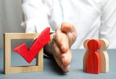 Ένα άτομο μοιράζεται μια ομάδα ανθρώπων με έναν φοίνικα και ένα κόκκινο σημάδι ελέγχου για την ψηφοφορία έννοια της παρεμπόδισης  στοκ εικόνες με δικαίωμα ελεύθερης χρήσης