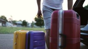 Ένα άτομο παίρνει από τις βαλίτσες κορμών οικογενειακό καλές διακοπές καλοκαίρι σας φιλμ μικρού μήκους