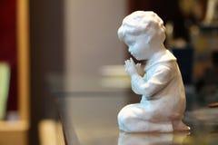 Ένα αγόρι προσεύχεται στοκ εικόνα