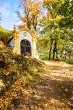 Ένα από δεκατέσσερα παρεκκλησια σταθμών Calvary σύνθετα σε Banska Stiavnica κατά τη διάρκεια του φθινοπώρου, ΟΥΝΕΣΚΟ ΣΛΟΒΑΚΊΑ στοκ φωτογραφία με δικαίωμα ελεύθερης χρήσης
