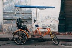 Ένα κλασικό ποδήλατο καμπουκιών που σταθμεύουν στην οδό στην Αβάνα, Κούβα στοκ εικόνες