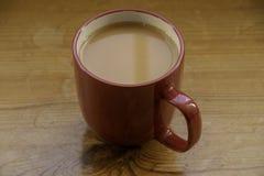 Ένα κόκκινο τσάι φλυτζανιών του τσαγιού στοκ εικόνα