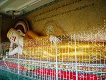 ένα μεγάλο άγαλμα σε έναν ναό στη Βιρμανία στοκ εικόνα