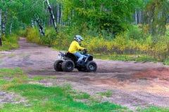 Ένα νέο αγόρι οδηγεί το τετράγωνό του στο αμμώδες έδαφος στοκ φωτογραφία με δικαίωμα ελεύθερης χρήσης