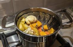 Ένα δοχείο με τα λαχανικά που στέκονται στη σόμπα στοκ φωτογραφίες