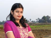 Ένα όμορφο του χωριού κορίτσι που στέκεται στο έδαφος στοκ φωτογραφίες