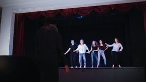 Ένα στάδιο θεάτρων Άνθρωποι που εκπαιδεύουν το χορό στο στάδιο απόθεμα βίντεο