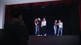 Ένα στάδιο θεάτρων Κατάρτιση της σκηνής υπό την καθοδήγηση του διευθυντή φιλμ μικρού μήκους
