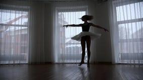 Ένα στούντιο στο λυκόφως Μια σκιαγραφία της νέας περιστροφής ballerina γυναικών πέρα από το στούντιο φιλμ μικρού μήκους
