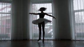 Ένα στούντιο στο λυκόφως Μια σκιαγραφία του νέου ballerina γυναικών που περιστρέφει γύρω απόθεμα βίντεο