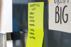 Ένα ψυγείο με τις σημειώσεις στοκ εικόνα