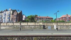 Ένα τραίνο φθάνει στο σταθμό Whitby στη βόρεια Αγγλία απόθεμα βίντεο