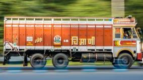 Ένα φορτηγό μεταφορών φορτίου γνωστό επίσης ως επιτάχυνση φορτηγών μέσω της πόλης Kolkata στοκ εικόνα με δικαίωμα ελεύθερης χρήσης