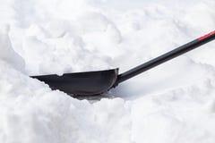 Ένα φτυάρι χιονιού είναι κολλημένο snowdrift μια χειμερινή ημέρα στοκ φωτογραφία με δικαίωμα ελεύθερης χρήσης