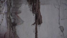 Ένα παλαιό βρώμικο σχοινί σε ένα εγκαταλειμμένο δωμάτιο Ατμόσφαιρα της θλίψης απόθεμα βίντεο