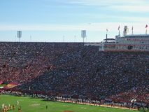 ένα πλήρες stadion κατά τη διάρκεια μιας αντιστοιχίας στοκ εικόνες