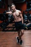 Ένα πορτρέτο ενός νέου αθλητή δύναμης σε μια γυμναστική Καθορισμένος αθλητής με τους μεγάλους μυς στοκ εικόνες με δικαίωμα ελεύθερης χρήσης