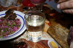 Ένα ποτήρι της βότκας και ενός απλού πρόχειρου φαγητού στοκ εικόνα