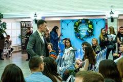 Ένα πρότυπο νεόνυμφων σε μια γαμήλια ακολουθία στο γάμο παρουσιάζει στοκ εικόνες