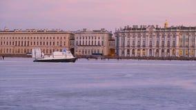 Ένα hovercraft οδηγά στον πάγο του ποταμού Neva απόθεμα βίντεο