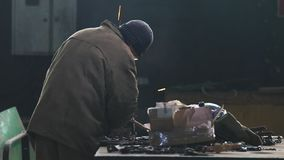 έννοια βιομηχανική Ένας εργαζόμενος ατόμων που χρησιμοποιεί έναν μύλο απόθεμα βίντεο