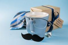 Έννοια ημέρας πατέρων - παρόν, καφές, δεσμός, mustache στοκ εικόνες με δικαίωμα ελεύθερης χρήσης