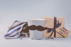 Έννοια ημέρας πατέρων - παρόν, καφές, δεσμός, mustache στοκ φωτογραφία
