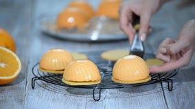 Έννοια με τα ανθρώπινα ίχνη Κατασκευάζοντας το σύγχρονο mousse κέικ με τον καθρέφτη να βερνικώσει φιλμ μικρού μήκους