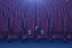Έννοια ταινιών κινηματογράφων με popcorn, τα τρισδιάστατα γυαλιά, popcorn και το φλυτζάνι με ένα ποτό Έννοια κινηματογράφων με το διανυσματική απεικόνιση