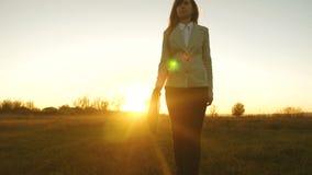 Έννοια της επιτυχούς επιχειρησιακής γυναίκας η γυναίκα σε ένα επιχειρησιακό κοστούμι με το μαύρο χαρτοφύλακα στο χέρι της περπατά απόθεμα βίντεο