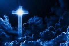Έννοια του χριστιανικού λάμποντας σταυρού θρησκείας στο υπόβαθρο του νεφελώδους νυχτερινού ουρανού Σκοτεινός ουρανός με το διαγών διανυσματική απεικόνιση