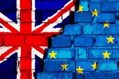 Έννοια Brexit Σημαίες της Ευρωπαϊκής Ένωσης του Ηνωμένου Βασιλείου και στο τουβλότοιχο με μεγάλη ρωγμή στη μέση διανυσματική απεικόνιση