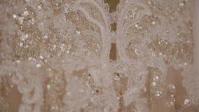Ένωση γαμήλιων φορεμάτων στο ντουλάπι στο δωμάτιο φιλμ μικρού μήκους