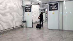Έξοδος για τους φθάνοντας επιβάτες απόθεμα βίντεο