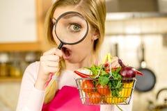 Έρευνα γυναικών που ψωνίζει backet με τα λαχανικά στοκ εικόνα με δικαίωμα ελεύθερης χρήσης