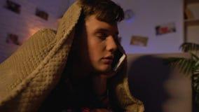 Έφηβος που μιλά στο τηλέφωνο μέχρι αργά - νύχτα, που βρίσκεται κάτω από το κάλυμμα, επικοινωνία απόθεμα βίντεο