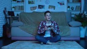 Έφηβος Overemotional που χαλαρώνει το τηλεοπτικό παιχνίδι, τις ασταθείς και ανεξέλεγκτες συγκινήσεις φιλμ μικρού μήκους