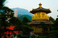 Ήρεμος ειρηνικός ναός στη μέση του σύγχρονου υψηλού κτηρίου πύργων στοκ εικόνες με δικαίωμα ελεύθερης χρήσης