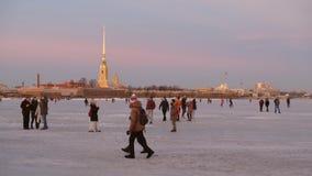 Αγία Πετρούπολη το χειμώνα Οι άνθρωποι περπατούν στον πάγο του ποταμού Neva απόθεμα βίντεο