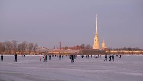 Αγία Πετρούπολη το χειμώνα Οι άνθρωποι περπατούν στον πάγο του ποταμού Neva φιλμ μικρού μήκους