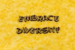 Αγκαλιάστε ποικιλομορφίας τη διαφορετική λέξη τυπογραφίας φιλίας σχέσεων ευτυχή στοκ φωτογραφία με δικαίωμα ελεύθερης χρήσης