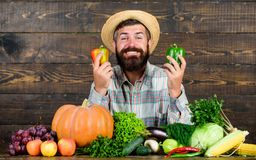 Αγοράστε τα φρέσκα homegrown λαχανικά Άτομο με τη γενειάδα υπερήφανη του ξύλινου υποβάθρου λαχανικών συγκομιδών του Farmer με οργ στοκ φωτογραφία με δικαίωμα ελεύθερης χρήσης