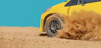 Αγωνιστικό αυτοκίνητο συνάθροισης στη διαδρομή ρύπου στοκ φωτογραφίες