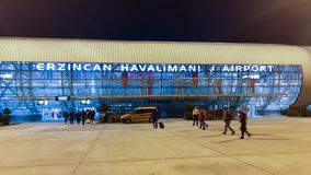 Αερολιμένας Erzincan τη νύχτα με το μη αναγνωρισμένο περπάτημα επιβατών στοκ φωτογραφίες