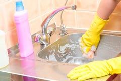 Αεροσυνοδών καθαρίζοντας χέρι νεροχυτών κουζινών αφρού βρώμικο στοκ εικόνες με δικαίωμα ελεύθερης χρήσης