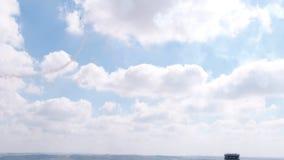 Αεροπλάνο ακροβατικής επίδειξης φεστιβάλ αεροπορίας που κάνει τη μορφή καρδιών με τον καπνό απόθεμα βίντεο
