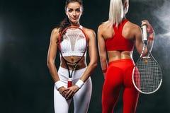 Αθλητής και τενίστες δύο γυναικών στο μαύρο υπόβαθρο Αθλητισμός και έννοια αντισφαίρισης στοκ φωτογραφία με δικαίωμα ελεύθερης χρήσης