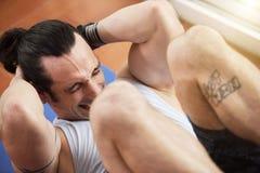 Αθλητικός τύπος που κάνει το κάθομαι-UPS στοκ φωτογραφία με δικαίωμα ελεύθερης χρήσης