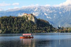 αιμορραγημένος εξισώνοντας νησιών συμπαθητική αντανάκλαση Σλοβενία βουνών λιμνών τη μέση στοκ φωτογραφία